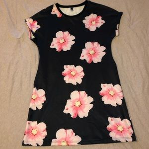 Dresses & Skirts - Floral Dress w/pockets (fits like XL)
